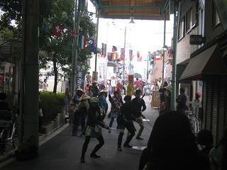 街道「チャンバラ」パフォーマンス.JPG