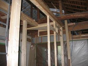 階段掛け冶具と柱.JPG